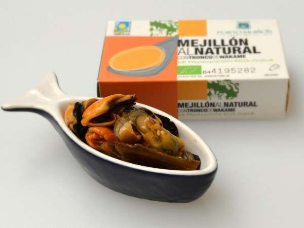 Fine cooked mussels in brine with wakame