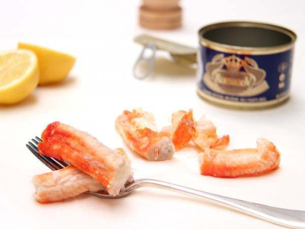 Cooked king crab leg meat in a tin