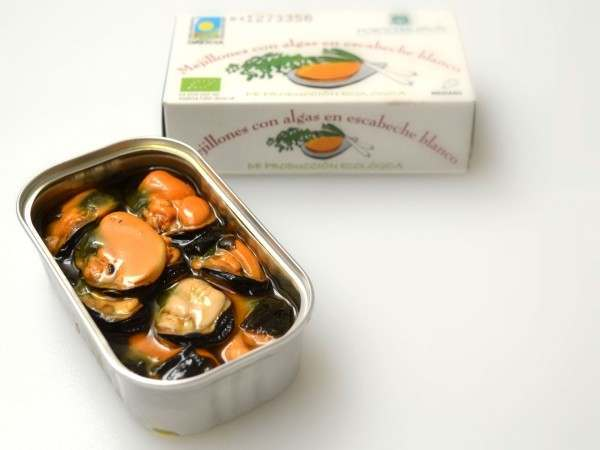 Organic mussels with seaweed in pickled sauce